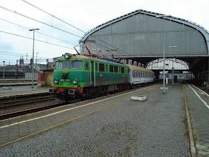 Photo: Legnica: EU07-034 z wagonem odczepionym od EC240 oczekuje na EC241 do Krakowa