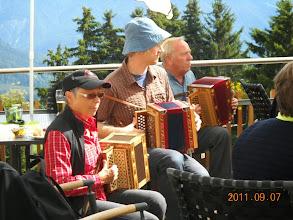 Photo: Auch die Schwyzerörgeler melden sich  mit  schönen Klängen