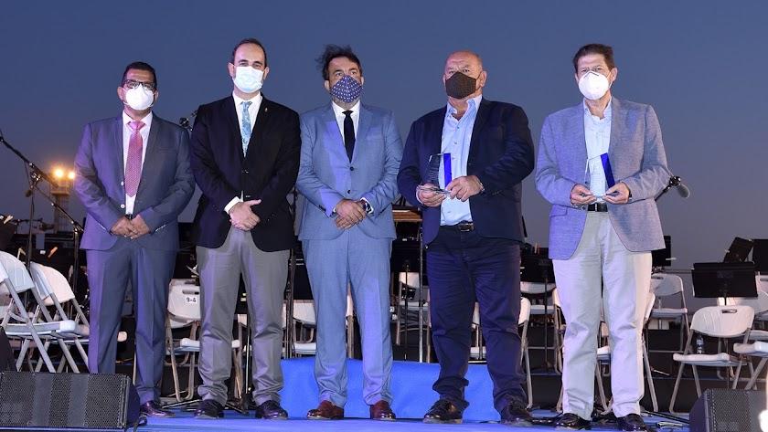 Autoridades y representantes de Carbopesca tras recibir sus placas conmemorativas.