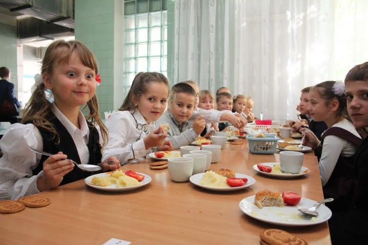 В Україні хочуть скасувати безкоштовне харчування в молодших класах шкіл