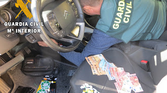 La Guardia Civil encontró envoltorios con cocaína en el coche del detenido.