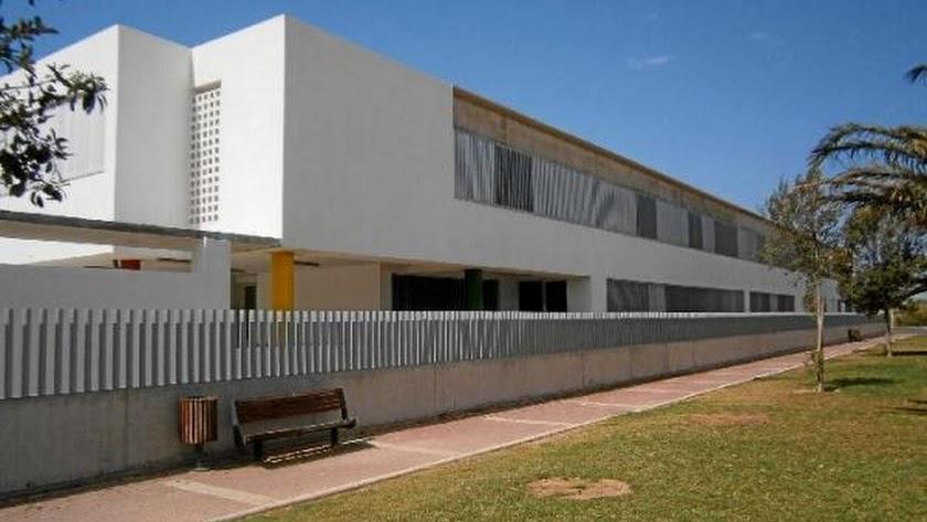 Fachada del único colegio de Almerimar