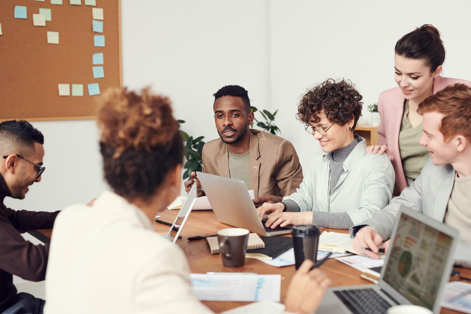 Pessoas felizes em uma reunião corporativa