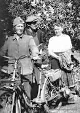 Photo: Sand. Post-Karin Larsson och Volrath Larsson samt Volraths syster Signe, 1950-tal