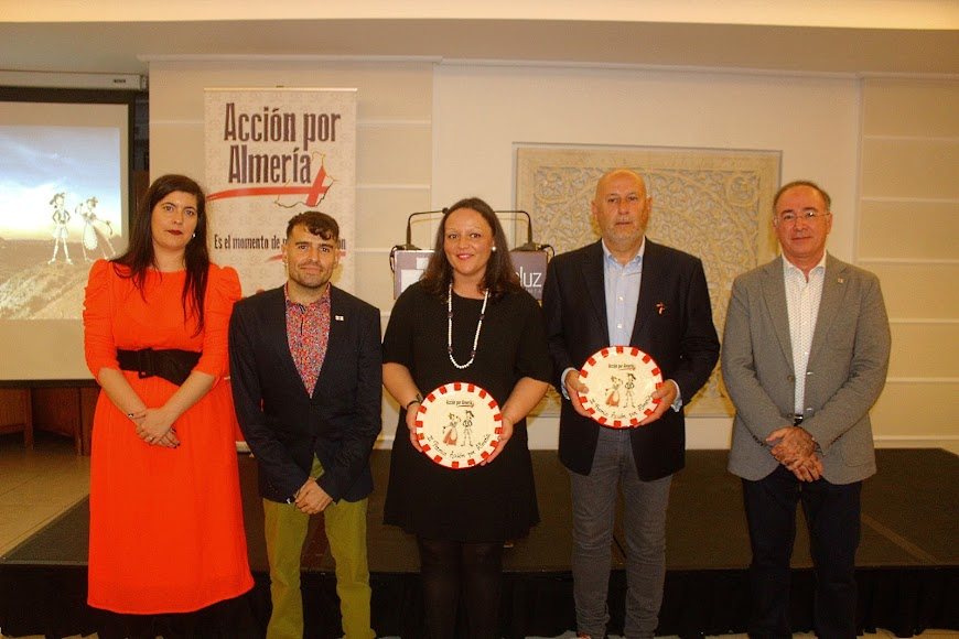 La concejala de Cultura de Vélez Rubio y el coordinador del Encuentro de Cuadrillas de Vélez Rubio, galardonados.
