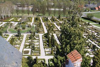 Photo: Kirkegården med grevernes grav i midten.