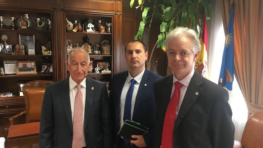 El alcalde Gabriel Amat y los capitanes García Ruiz y Montes Robles de la Unión de Oficiales