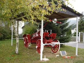 Photo: obnovljena starinska vatrogasna kola s kacigom