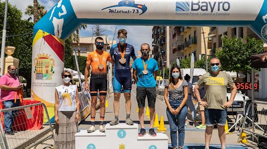 Rubén Caparrós y Kimberley Anne Maskell se imponen en la Media Maratón de Cuevas