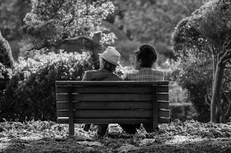Photo: A couple sits on a bench amongst the plane trees of Shinjuku Gyoen on a cool late November afternoon