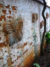 Photo: Cerâmicas enormes e originais presas ao muro. http://celiamartins.blogspot.com/