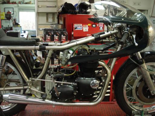 Superbe Triumph Rickmann en cours d'entretien chez Machines et Moteurs