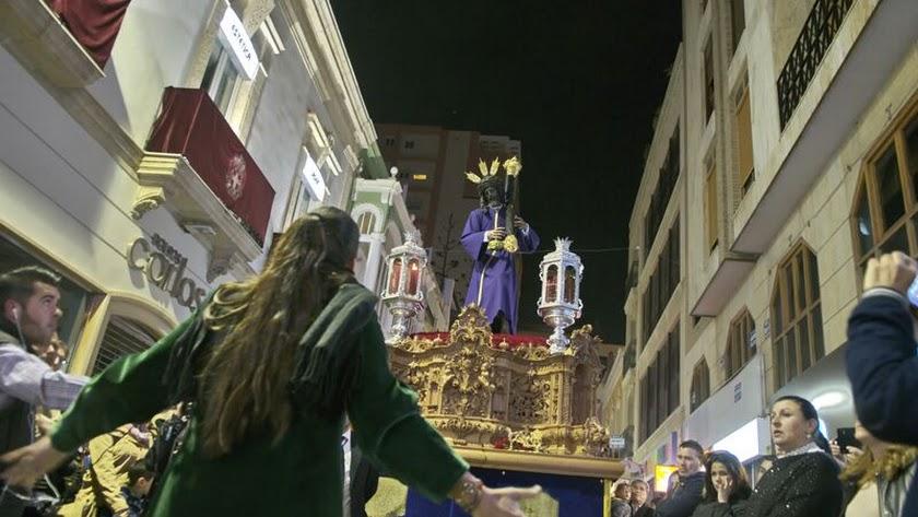 El silencio del Cristo del Gran Poder sólo se rompe con el cante de saetas en calle Navarro Rodrigo.