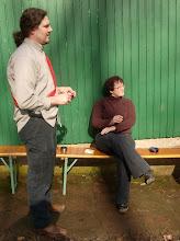 Photo: Uli und Verena bei einer Raucherpause während des Aufbaus.