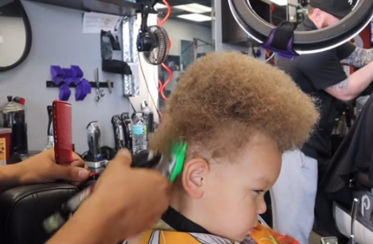 2-летний малыш плакал из-за насмешек над его прической, но стилист всё изменил