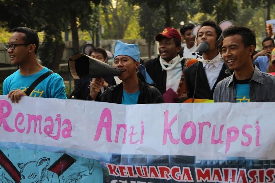 Ada juga rombongan peserta pawai yang membawa spanduk bertuliskan �Remaja Anti Korupsi�