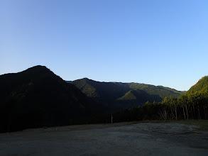 登山口前から鎧岳(左)と右奥に四寸岩山