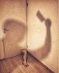 been steekt door een muur met schaduw van iemand met hakbijl op de muren
