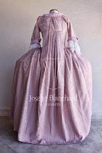 Photo: Vestido Rococó em brocado floral rosa claro e algodão rosa claro, com corset embutido, com rendas e acabamentos exclusivos e flores de tecido. Cada modelo é exclusivo. Vestido à partir de R$ 700,00.   Underwear: chemise longa, armação paniers grande, anáguas 100% algodão.