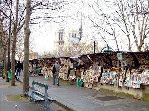 Photo: Domingo de libros, domingo de Ruta librera. Hoy nos ponemos románticos y viajamos a París,a conocer a los bouquinistes. Muchos no lo saben pero el Sena, es el único río del mundo que está flanqueado por dos filas de puestos de venta de libros. Porque eso es justamente un bouquiniste, un vendedor de libros usados o antiguos que,en este caso,se colocan a orillas del Sena. Colocados a ambos lados del río, en la zona más cercana de I'ile Saint-Louis y de I'ile de la Cité, los podemos encontrar todos los días de la semana,aunque eso no significa que estén todos abiertos ya que tienen una suerte de rotación o alternancia que provoca que cada día nos enamoremos de un pequeño tesoro en un puesto distinto. Enormes cajones,verdes en su mayoría, a modo de cofres del tesoro que prometen al lector que va a encontrar algo valioso allí dentro. Eso sí, recordad una cosa... mejor cuanto más antiguo. Hoy, os invito a pasear por una tradición... entre libros Fotos: Flickr.com