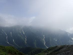 右の雲の中に爺ヶ岳、左は岩小屋沢岳