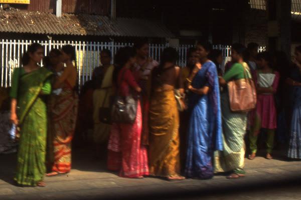 donne indiane in attesa alla fermata del bus di smpaint