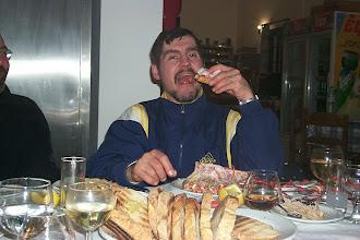 Photo: Markku Pylkkö ja langusti-ateria v. 2001. Markku R.I.P.