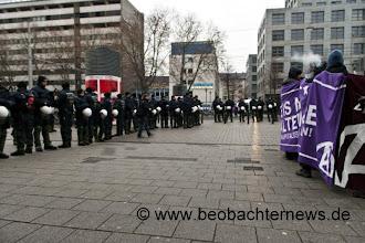 Photo: Polizei schirmt die Kundgebung ab. Versammlungsfreiheit geht anders!