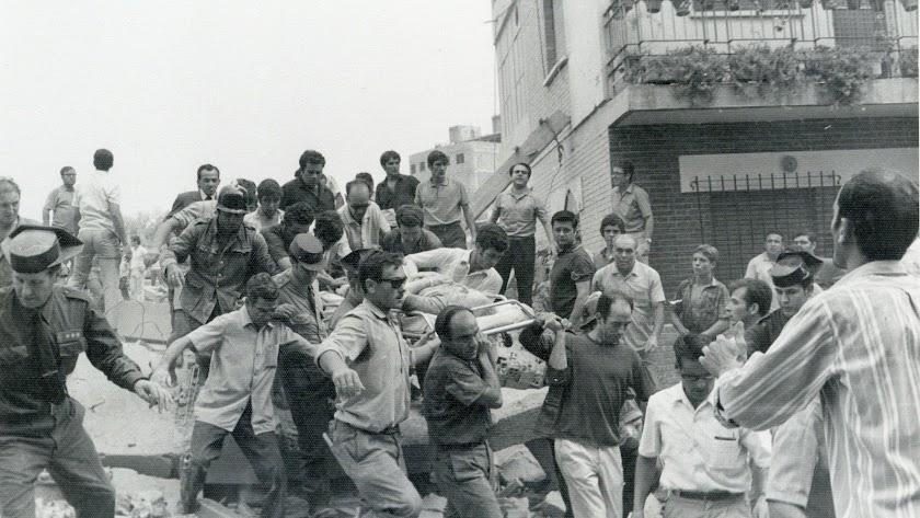 Los almerienses se volcaron en la labor de rescate de los muertos y heridos.