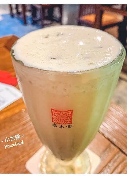 1987年,粉圓加上奶茶,臺灣第一杯珍珠奶茶,在春水堂誕生。 在日本街邊店,看到生意興隆的排隊人潮,就能知道春水堂在許多外國人眼中,成為珍奶的代名詞。 雖然樣樣單品價高,最近還悄悄漲價,但幾乎沒有雷的