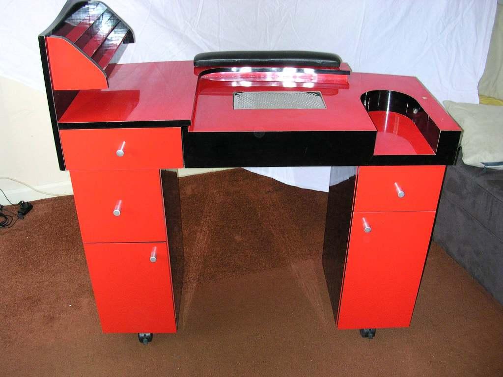 Красный маникюрный столик