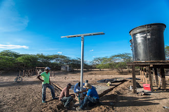 Photo: Instalando los tanques y el panel solar  - comunidad de Caiciporchi - Uribia