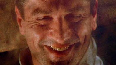 """Photo: O último plano de """"Era Uma Vez na América"""": Robert De Niro sorrindo, deitado em uma cama numa """"casa de ópio"""" faz o espectador se perguntar se todo o filme não foi apenas uma viagem induzida pela droga."""