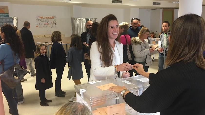 Rocío de Mer vota en el Colegio Clara Campoamor de Huércal de Almería.