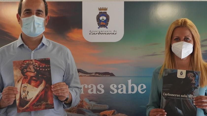 El alcalde y la concejala con el Libro de Fiestas de este 2021.
