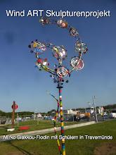 Photo: Wind Art Travemünde, Mirko Siakkou-Flodin erschafft mit den Schülern der Stadtschule diese hohe 11 Windrädrige farbenfrohe Kunstwerk, wieder mit dabei der Plasmaschneider womit die Schüler ihre Entwürfe und Gestaltungen selbständig ausschneiden konnten. Ein Highlight das über diese eine Kreativwoche erhalten bleiben wird.-> https://get.google.com/albumarchive/108276895135466794277/album/AF1QipPqKs1zr96HMsyvhePmaZmiegYmliFhf4bzJeM7  ,,,,,,,,,,,im Auftrag des Kunst und Kulturverein Travemünde.eV  ........Wind Art Travemünde, Mirko Siakkou-Flodin creates with the students of the city school this high 11 windmills colorful work of art, again with the plasma cutter with which the students could independently cut out their designs and creations. A highlight that will be preserved during this creative week.