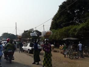 Photo: le long des routes, les marchandes vendent leur bon pain