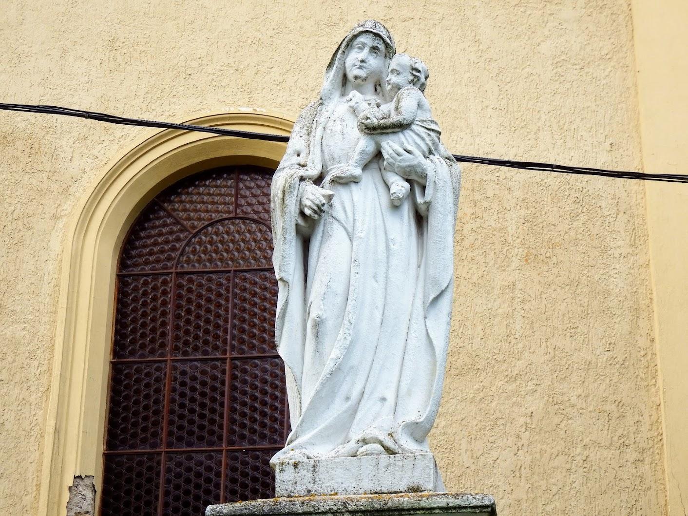 Pecöl - Szűz Mária a gyermek Jézussal a templomkertben
