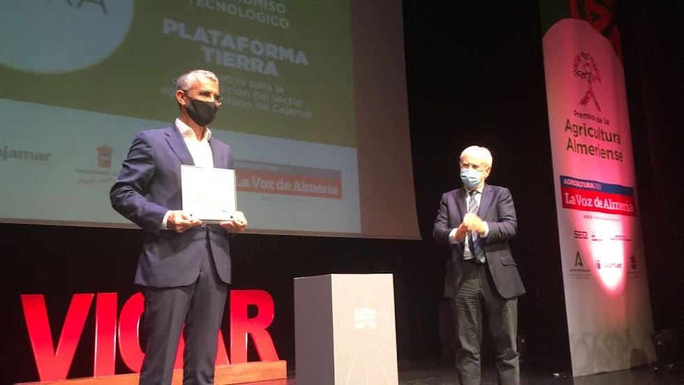 Premio al Compromiso Tecnológico para Plataforma Tierra de Cajamar. Recoge Roberto García, director de Innovación Agroalimentaria de Cajamar.