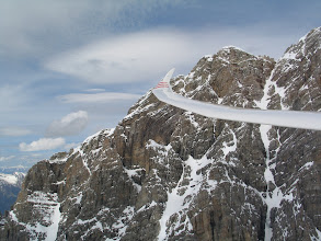 Photo: Der hochgezogene Flügel des Arcus M trägt uns elegant die Felswände der Drusenfluh entlang nach oben.