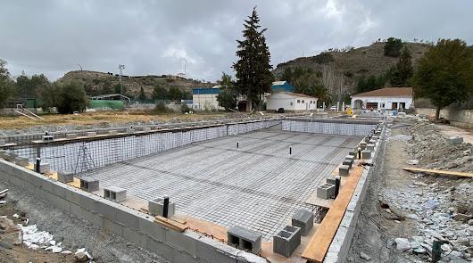 Cascadas de agua, zona de chapoteo e hidromasaje en la futura piscina de Serón