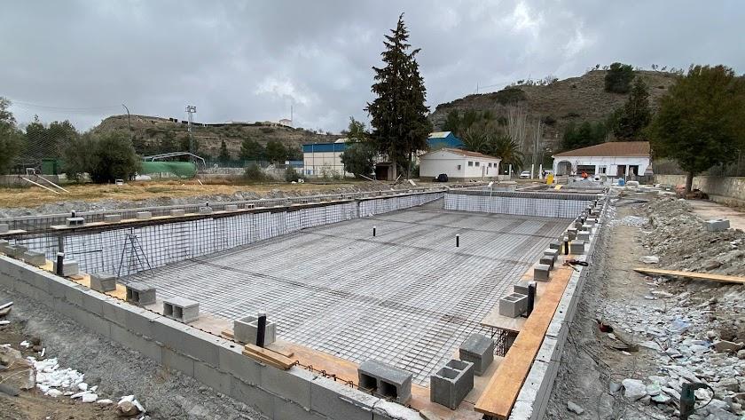 Comienzo de las obras en la piscina municipal.
