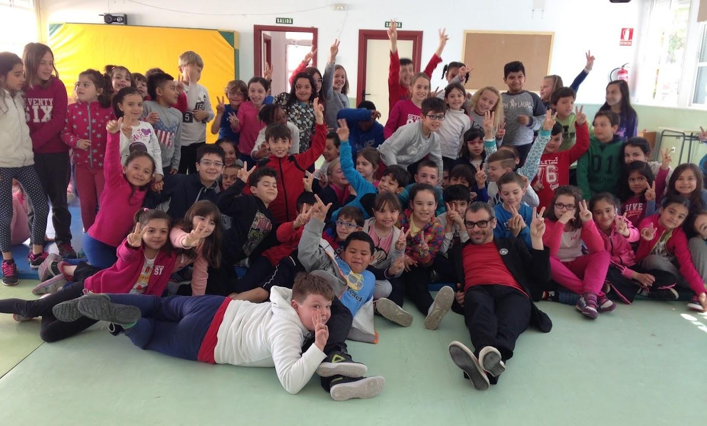 mago Alfonso V en colegio con niños en el suelo