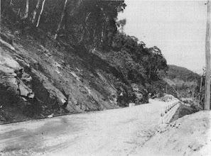 Photo: Construção da Estrada Washington Luis, principal via de acesso entre Petrópolis e Rio de Janeiro. Tem esse nome em homenagem ao Presidente Washington Luis, que a mandou construir. Foto de 1928