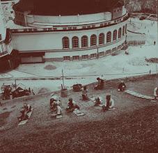 Photo: Hotel Quitandinha em Construção. Nesta imagem podemos perceber que o prédio já se encontrava praticamente pronto, estando em fase de finalização a decoração externa dos pátios e jardins. Foto da década de 40