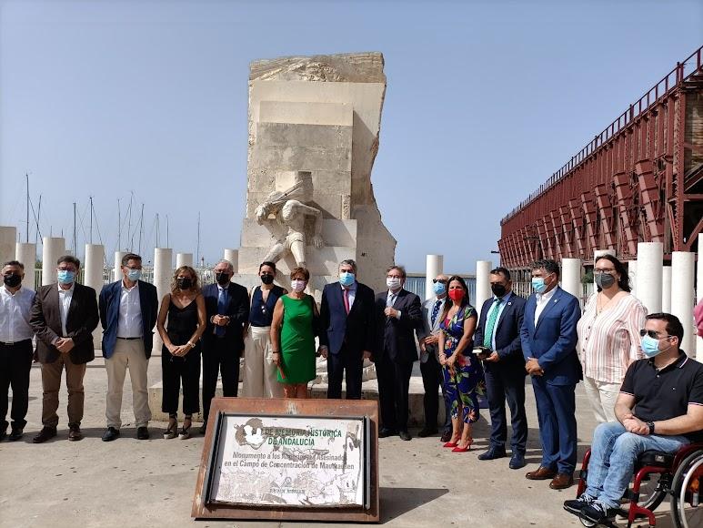 La comitiva posando junto al Monumento a las Víctimas de Mauthausen y el Cable Inglés
