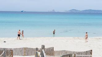 Bañistas en la Playa de Ses Illetes. en Formentera.