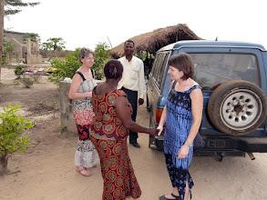Photo: arrivée à l'orphelinat de Comé, accueillis par Pauline, la vaillante Directrice