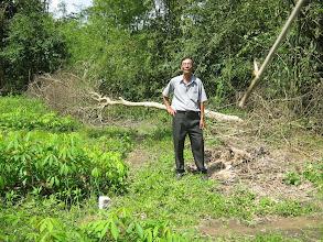 Photo: Thầy Sâm bên miếng đất sẽ cất nhà