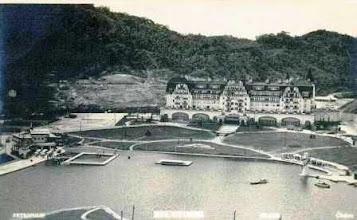 Photo: Vista aérea do Palácio Quitandinha. À esquerda, vê-se as areias de sua praia artificial e a piscina flutuante. Foto da década de 40